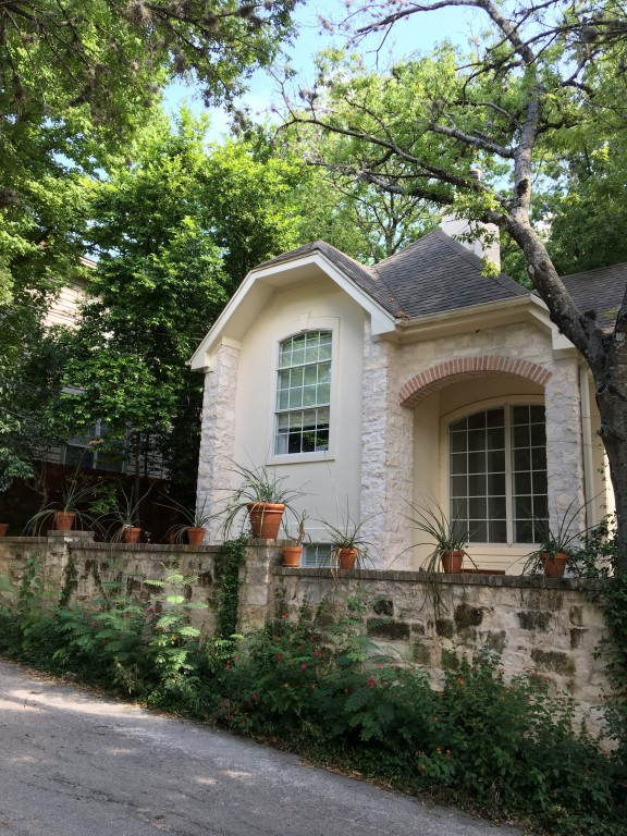 One Bedroom with private bath less than a 7 minute walk to the University of Texas Austin -Renting for the Fall and Spring Semester  2017/2018