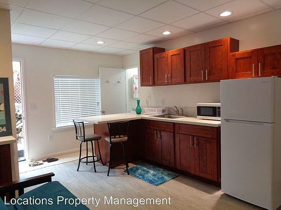 Studio unit: located near UH Manoa