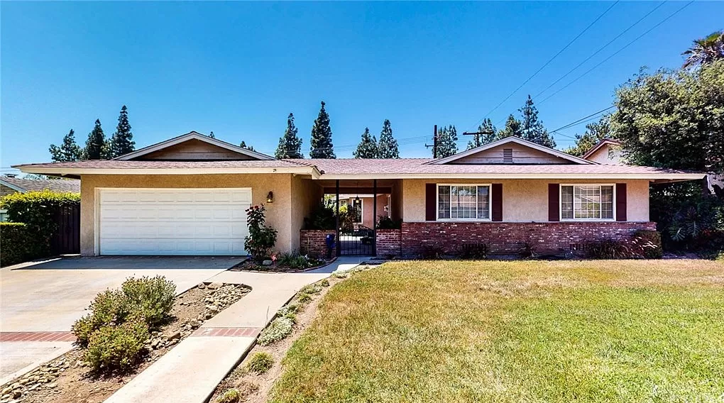 Share 4 Bedroom house with pool in North Upland, near 210 Freeway - Private Room, Full House Privileges - Short walk to grocery store, pharmacy, bank and restaurants